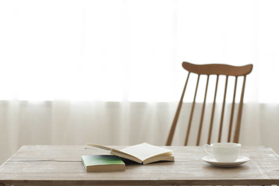 机の上の本とコーヒー